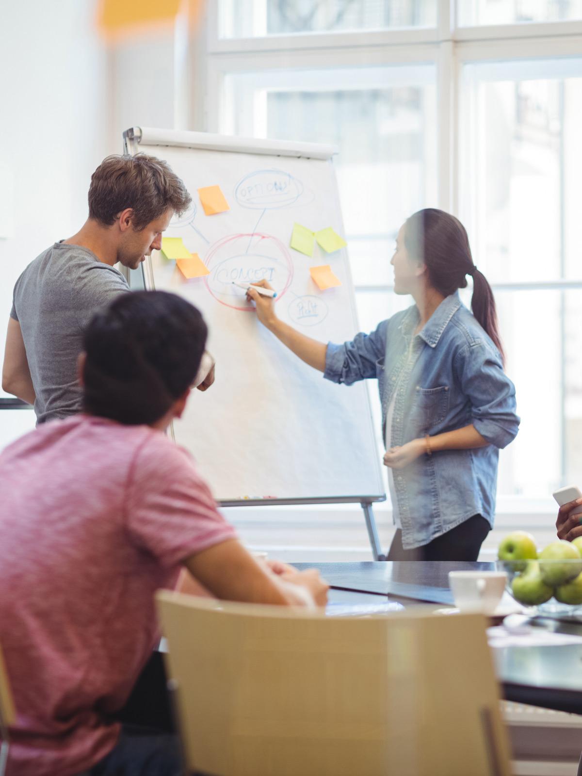 Réunion d'experts qui travaillent sur un paper board